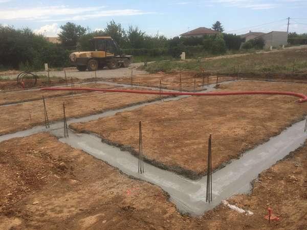 Terrassement de la plateforme et des fouilles d'une maison