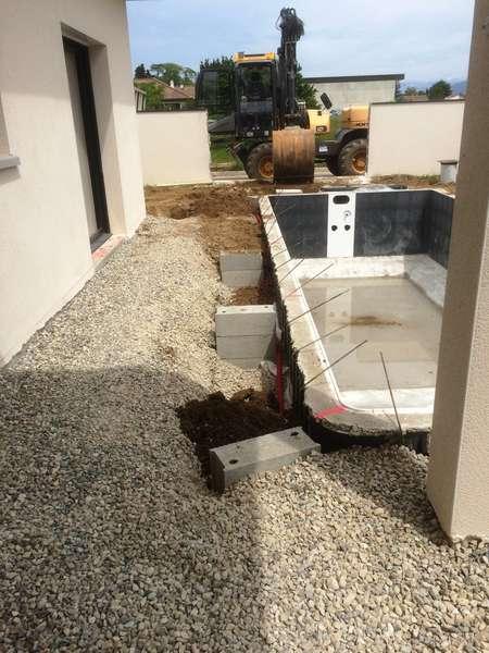 Terrassement d'une piscine dans un espace très restreint.