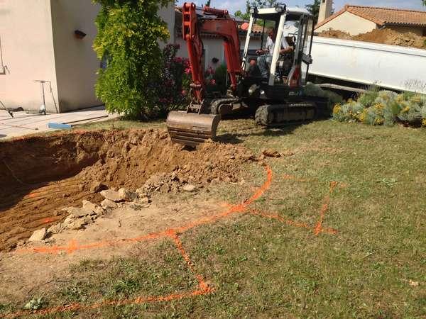 Terrassement d'une piscine ovoïde semi enterrée