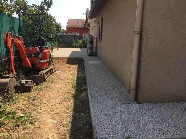 terrassement entrée, parking et allée finition en enrobés et stabilisateurs de graviers