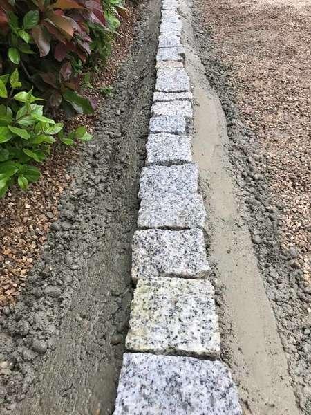 Terrassement et pose de pavés granit sur béton