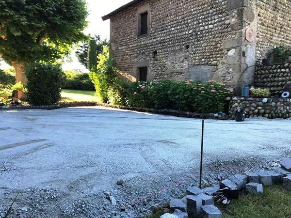 Terrassement du chemin d'accès de la cour et du parking