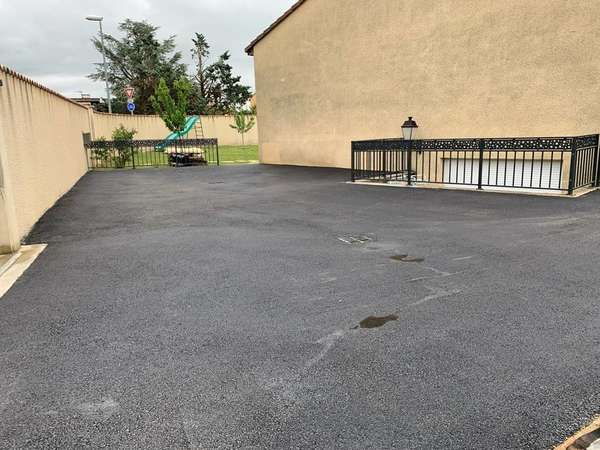 Terrassement puits perdu cour et parking, finition en béton bitumineux (goudron)
