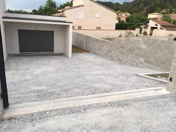 Travaux pour particulier, terrassement entrée trapèze et descente de garage réglage des pentes et de