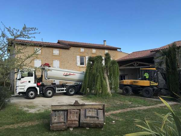 Terrassement entrée cour et parking d'une demeure