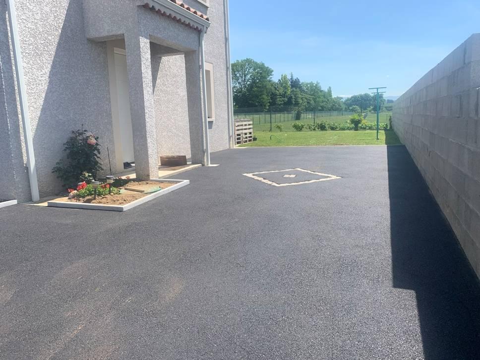 Terrassement cour, chemin, parking finition pavés et bordures granit, enrobés