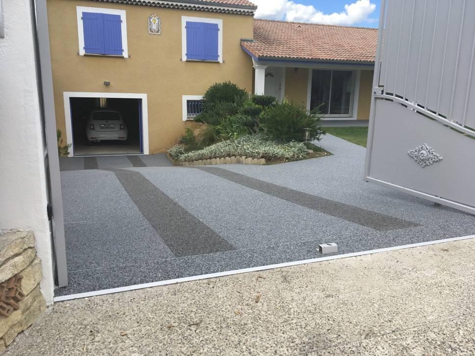 Application de résine polyuréthane sur cour descente de garage et terrasse