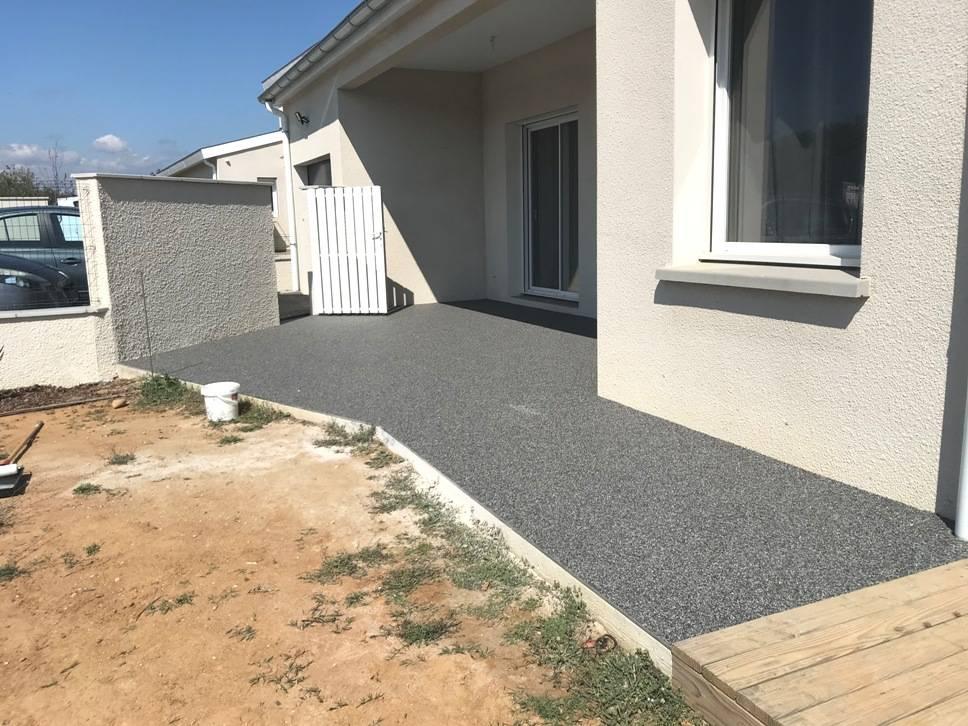 Revêtement d'une terrasse en moquette de pierre (résine drainante)