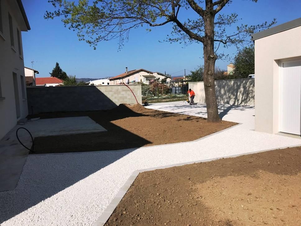 Terrassement et aménagement cour allée et jardin séparation des volume en pavés sciés