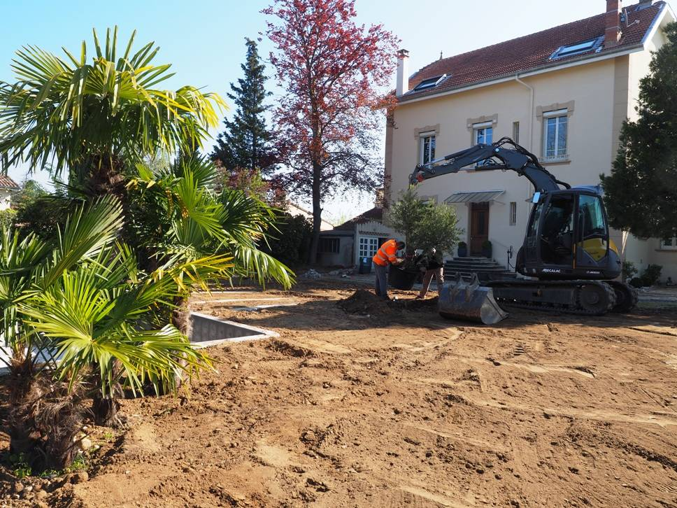 Terrassement et remblaiement d'une piscine, apport de terre végétale calibrés