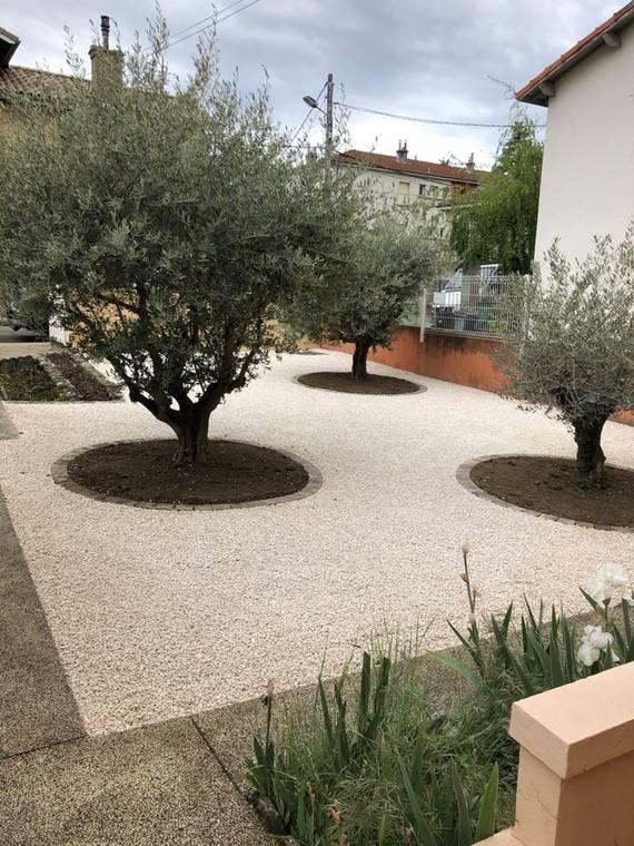 Décaissement, terrassement, aménagement d'une cour en alvéoles stabilisées